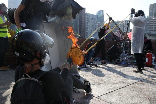 Cảnh sát Hong Kong trúng tên của người biểu tình - ảnh 4