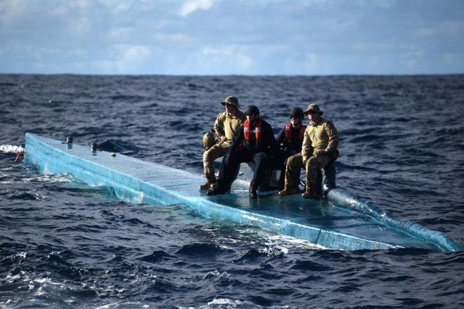 Tuần duyên Mỹ rượt đuổi tàu bán ngầm tự chế khả nghi - Ảnh 5.
