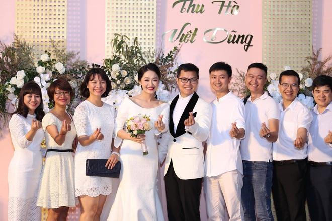 BTV Thời sự Thu Hà nồng nàn hôn chồng điển trai trong lễ cưới - ảnh 5