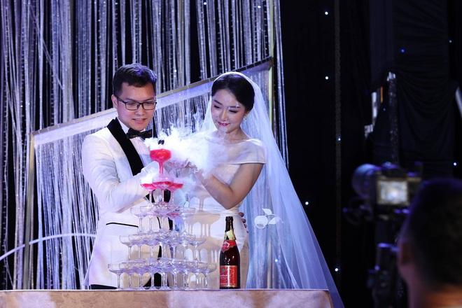 BTV Thời sự Thu Hà nồng nàn hôn chồng điển trai trong lễ cưới - ảnh 6