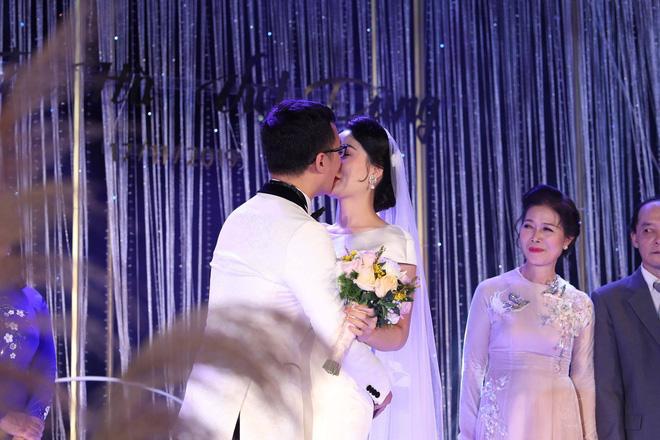 BTV Thời sự Thu Hà nồng nàn hôn chồng điển trai trong lễ cưới - ảnh 7