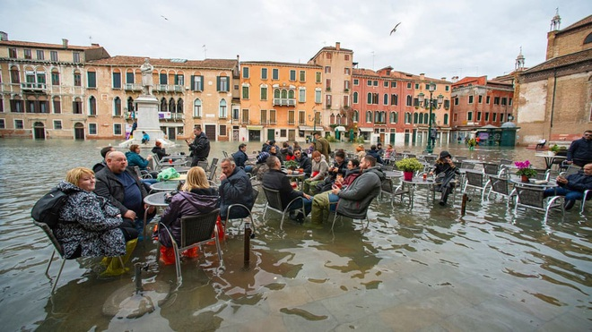24h qua ảnh: Du khách ngồi uống cà phê trong nước lũ ở Venice - ảnh 2