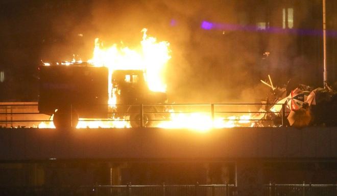 Nguy cơ đụng độ đẫm máu ở Hong Kong: Cảnh sát bao vây Đại học Bách Khoa, đe dọa bắn đạn thật - Ảnh 4.