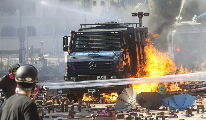 Nguy cơ đụng độ đẫm máu ở Hong Kong: Cảnh sát bao vây Đại học Bách Khoa, đe dọa bắn đạn thật - Ảnh 3.