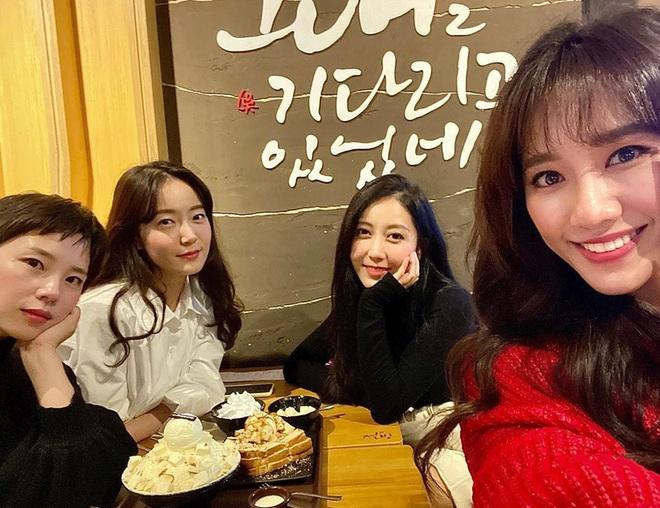 Hội bạn thân Hàn Quốc của Hari Won: Toàn các cô gái xinh đẹp gây xao xuyến - Ảnh 1.