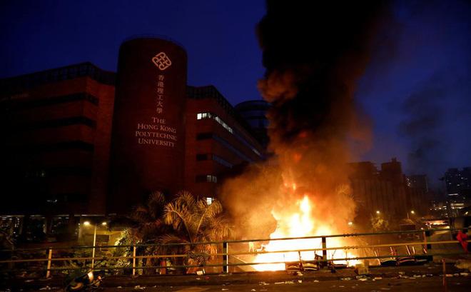 Nguy cơ đụng độ đẫm máu ở Hong Kong: Cảnh sát bao vây Đại học Bách Khoa, đe dọa bắn đạn thật