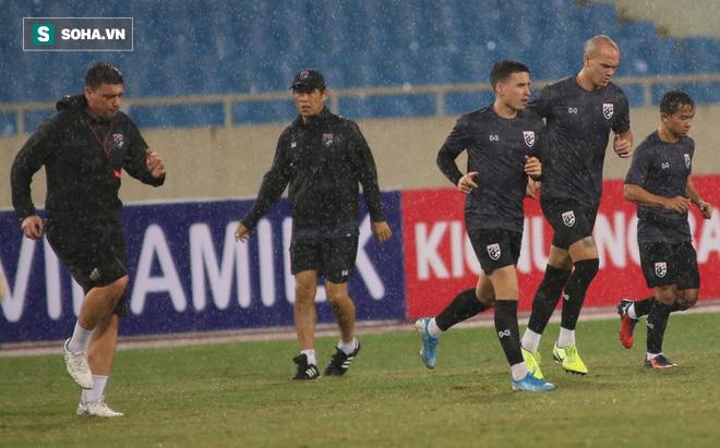 Thái Lan gặp xui, HLV Nishino phải dầm mưa tập luyện cùng học trò trước ngày đấu Việt Nam