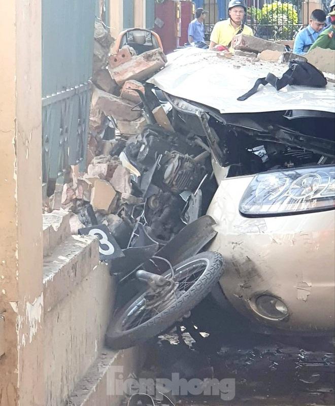 Xe ô tô điên tông hàng loạt người bị thương ở Hải Phòng - Ảnh 2.