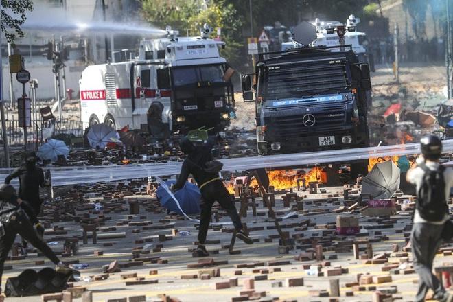 Bị cáo buộc lần đầu sử dụng súng âm thanh với người biểu tình, cảnh sát Hồng Kông: Đó không phải vũ khí! - Ảnh 1.