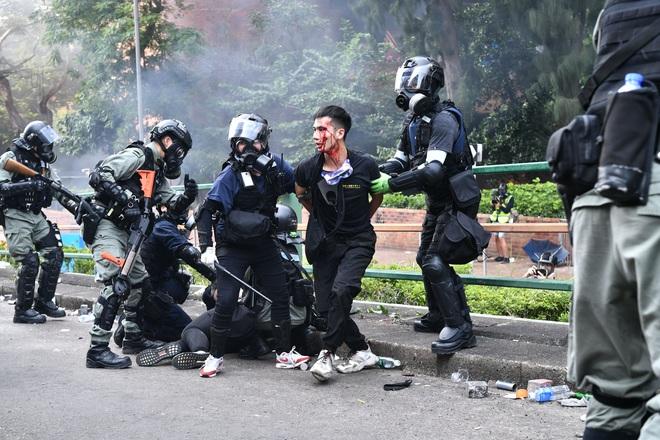 CNN: Từ hỏa tiễn, máy phóng, đến hợp chất tự chế giống Napalm... vũ khí của người biểu tình Hong Kong ngày càng nguy hiểm - Ảnh 2.