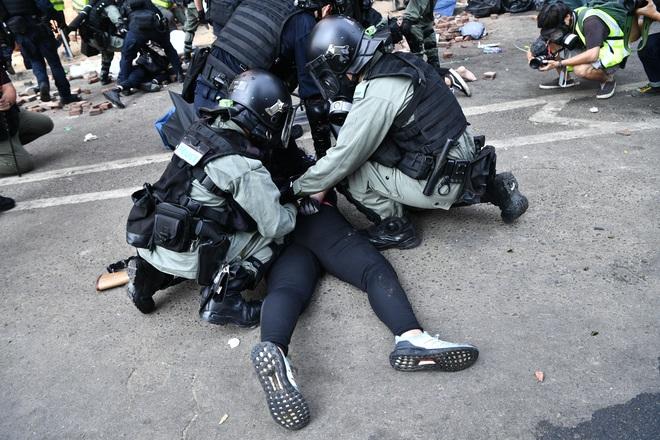 CNN: Từ hỏa tiễn, máy phóng, đến hợp chất tự chế giống Napalm... vũ khí của người biểu tình Hong Kong ngày càng nguy hiểm - Ảnh 3.