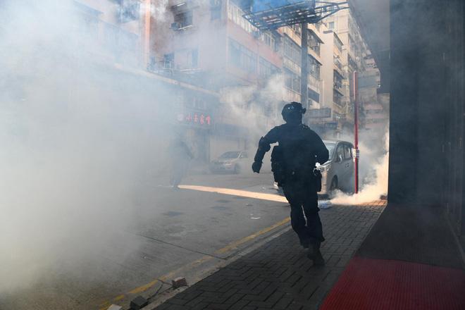 CNN: Từ hỏa tiễn, máy phóng, đến hợp chất tự chế giống Napalm... vũ khí của người biểu tình Hong Kong ngày càng nguy hiểm - Ảnh 4.