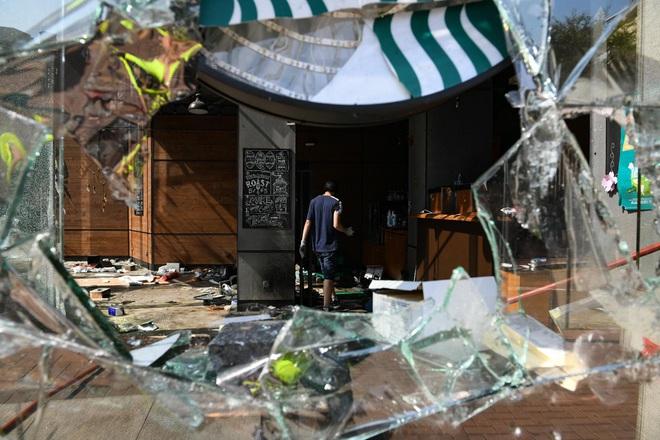 CNN: Từ hỏa tiễn, máy phóng, đến hợp chất tự chế giống Napalm... vũ khí của người biểu tình Hong Kong ngày càng nguy hiểm - Ảnh 5.