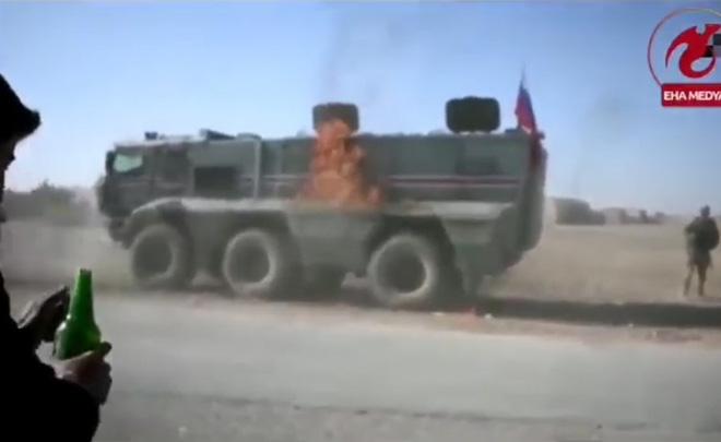 CẬP NHẬT: Người Kurd bủa vây tấn công, xe bọc thép Nga bốc cháy - QĐ Syria thiệt hại nặng, mất 3 phi công? - Ảnh 2.