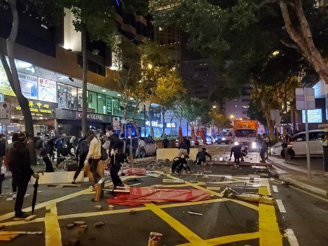 Hong Kong: Cảnh sát tiếp tục dàn đội hình, tăng vòi rồng - Ảnh 1.