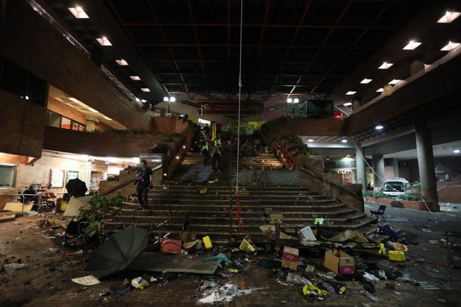 Hong Kong: Cảnh sát tiếp tục dàn đội hình, tăng vòi rồng - Ảnh 3.