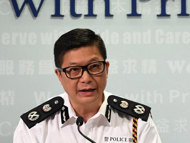 Hồng Kông giữa hỗn loạn: Đầu não cảnh sát đón viên tướng cứng rắn, súng trường hiếm hoi xuất hiện - ảnh 1
