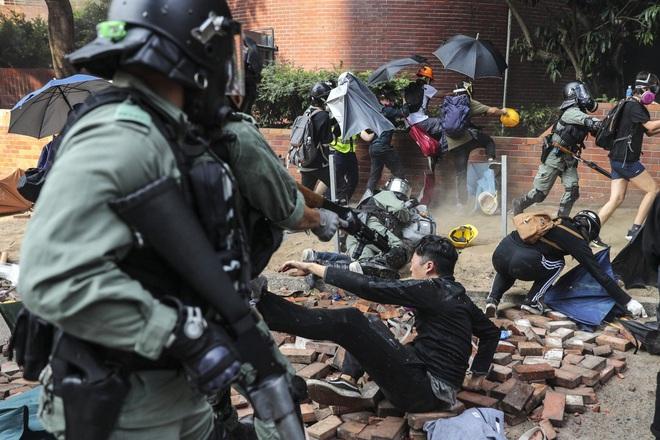 Hồng Kông giữa hỗn loạn: Đầu não cảnh sát đón viên tướng cứng rắn, súng trường hiếm hoi xuất hiện - ảnh 3