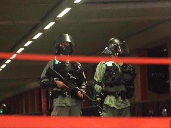 Hồng Kông giữa hỗn loạn: Đầu não cảnh sát đón viên tướng cứng rắn, súng trường hiếm hoi xuất hiện - ảnh 2