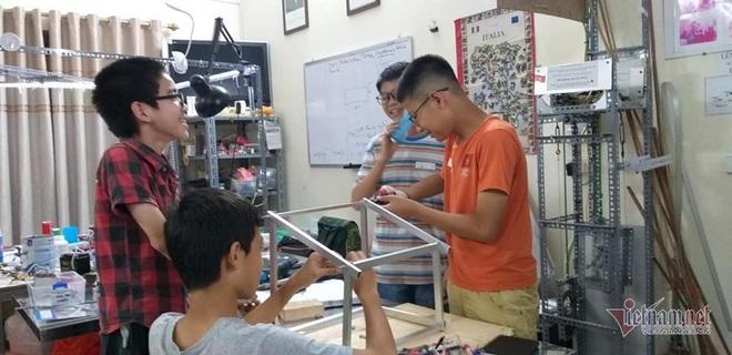 Thầy giáo bỏ việc nghìn đô, giúp học sinh làm thuyền vớt rác - Ảnh 7.