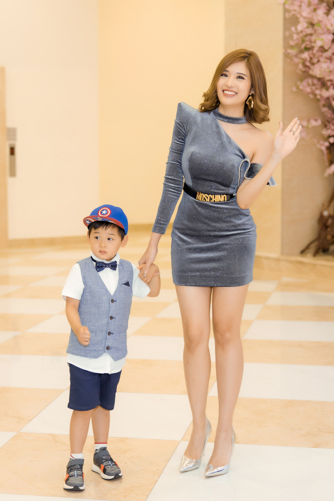 Phan Hoàng Thu mặc gợi cảm đi xem phim nhưng cậu con trai 3 tuổi mới thu hút sự chú ý - ảnh 2