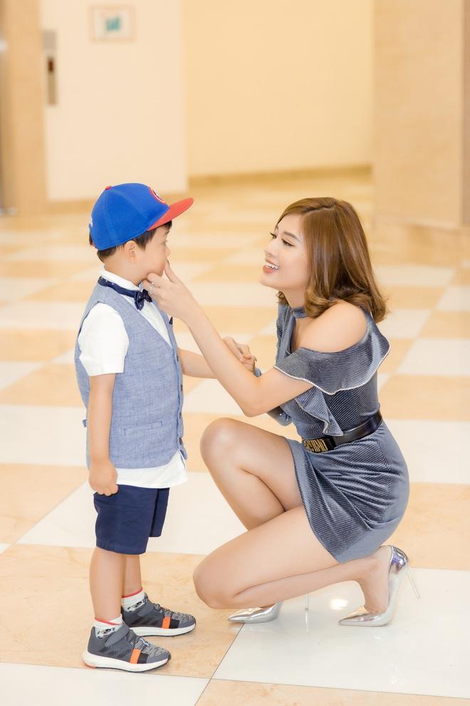 Phan Hoàng Thu mặc gợi cảm đi xem phim nhưng cậu con trai 3 tuổi mới thu hút sự chú ý - ảnh 3