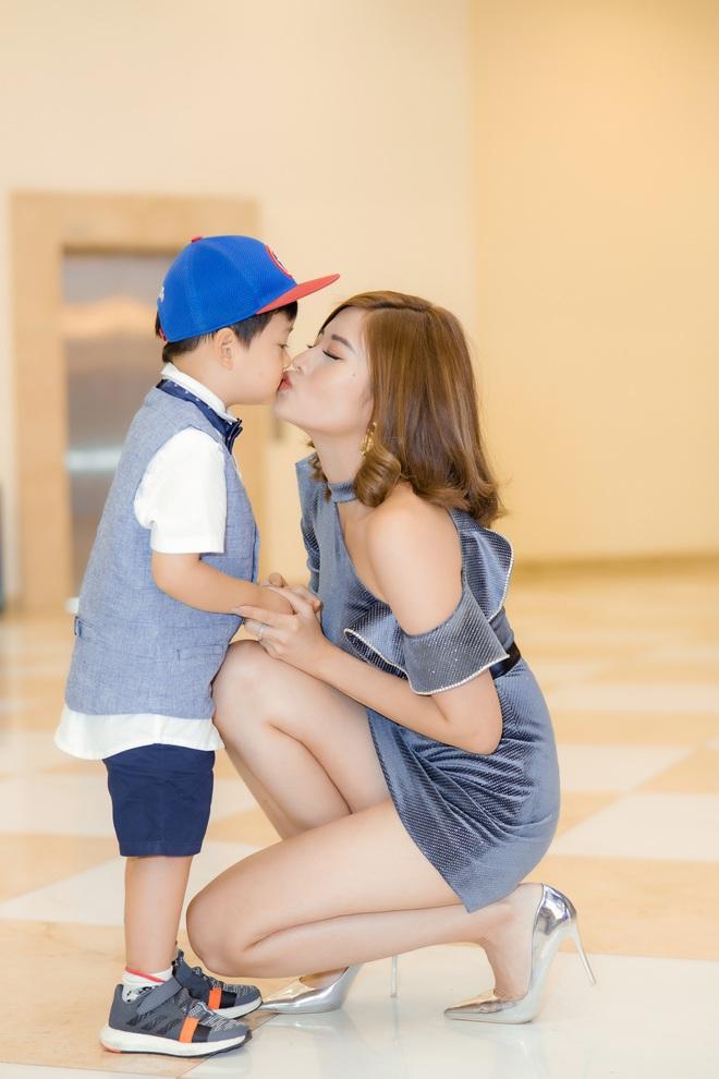 Phan Hoàng Thu mặc gợi cảm đi xem phim nhưng cậu con trai 3 tuổi mới thu hút sự chú ý - ảnh 4