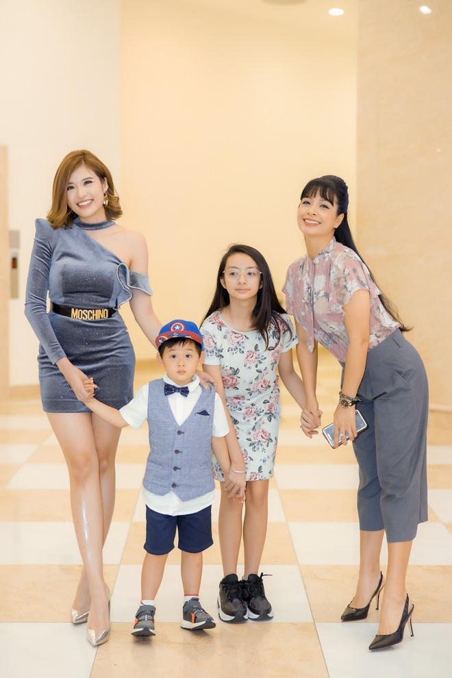 Phan Hoàng Thu mặc gợi cảm đi xem phim nhưng cậu con trai 3 tuổi mới thu hút sự chú ý - ảnh 8