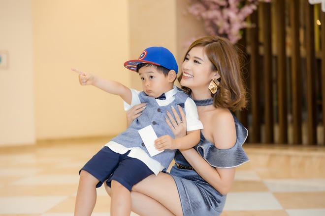 Phan Hoàng Thu mặc gợi cảm đi xem phim nhưng cậu con trai 3 tuổi mới thu hút sự chú ý - ảnh 7