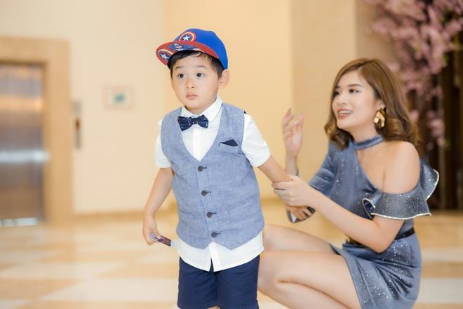 Phan Hoàng Thu mặc gợi cảm đi xem phim nhưng cậu con trai 3 tuổi mới thu hút sự chú ý - ảnh 6