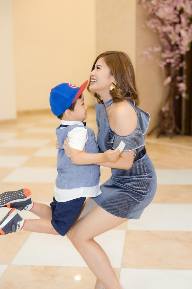 Phan Hoàng Thu mặc gợi cảm đi xem phim nhưng cậu con trai 3 tuổi mới thu hút sự chú ý - ảnh 5