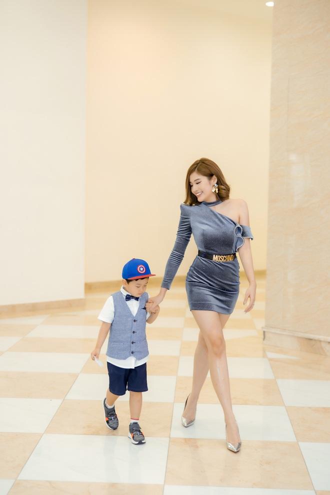 Phan Hoàng Thu mặc gợi cảm đi xem phim nhưng cậu con trai 3 tuổi mới thu hút sự chú ý - ảnh 1