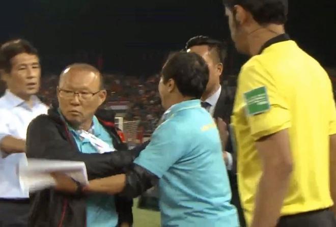 Bị BHL đối thủ cà khịa, thầy Park định lao vào đáp trả khiến HLV Thái Lan vất vả giữ lại - Ảnh 3.
