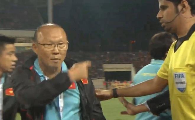 Bị BHL đối thủ cà khịa, thầy Park định lao vào đáp trả khiến HLV Thái Lan vất vả giữ lại - Ảnh 4.