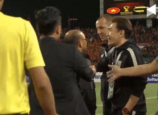 Bị BHL đối thủ cà khịa, thầy Park định lao vào đáp trả khiến HLV Thái Lan vất vả giữ lại - Ảnh 1.