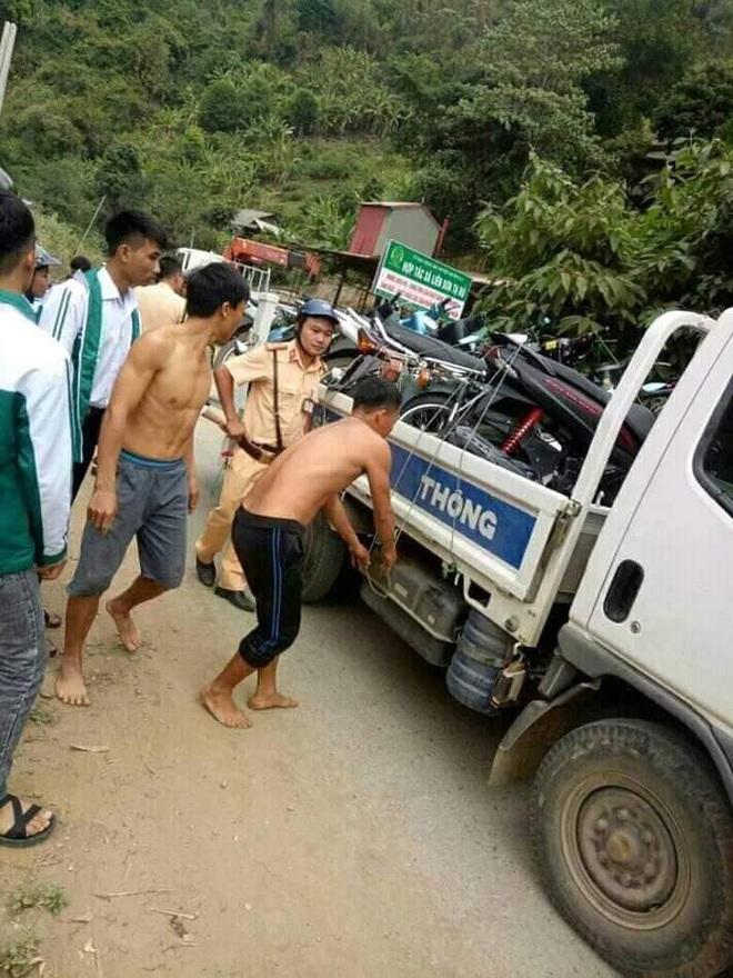 Sơn La: Dân mang củi ra đường làng chặn xe CSGT đòi lại xe vi phạm - Ảnh 1.