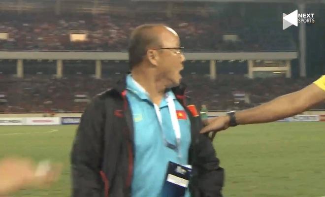 Bị BHL đối thủ cà khịa, thầy Park định lao vào đáp trả khiến HLV Thái Lan vất vả giữ lại - Ảnh 5.