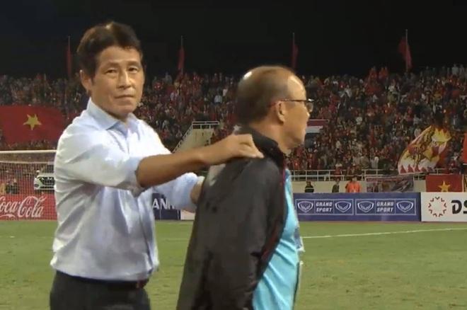 Bị BHL đối thủ cà khịa, thầy Park định lao vào đáp trả khiến HLV Thái Lan vất vả giữ lại - Ảnh 2.