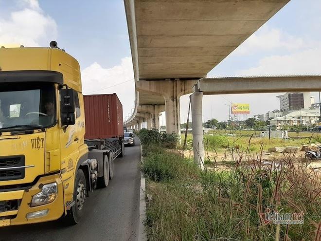 Vụ cầu bộ hành bị xe container kéo sập, tính hạ nền đường cho đủ chiều cao - Ảnh 1.