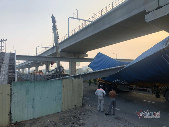 Vụ cầu bộ hành bị xe container kéo sập, tính hạ nền đường cho đủ chiều cao - Ảnh 3.