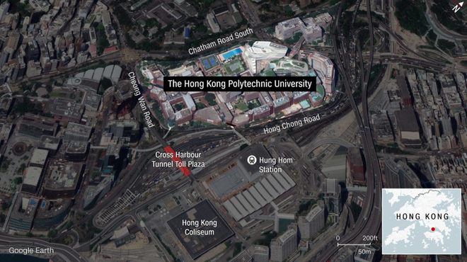 Hong Kong: Người biểu tình đu dây thoát ra khỏi trường - Ảnh 1.