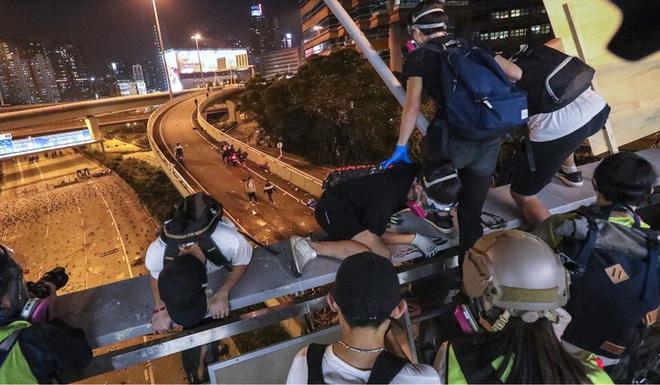 Hong Kong: Người biểu tình đu dây thoát ra khỏi trường - Ảnh 2.
