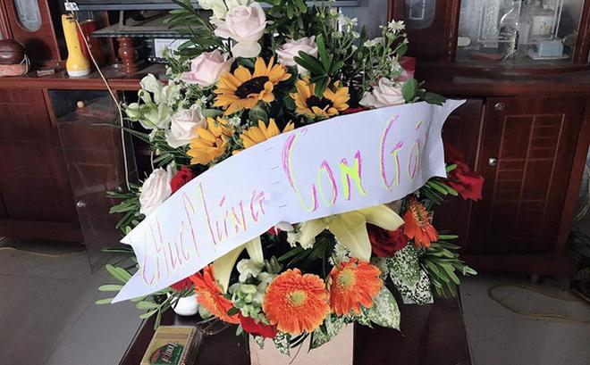 Thương con gái làm giáo viên dạy vùng sâu vùng xa, ông bố gửi hoa chúc mừng 20/11 kèm dòng chữ tự viết đầy xúc động
