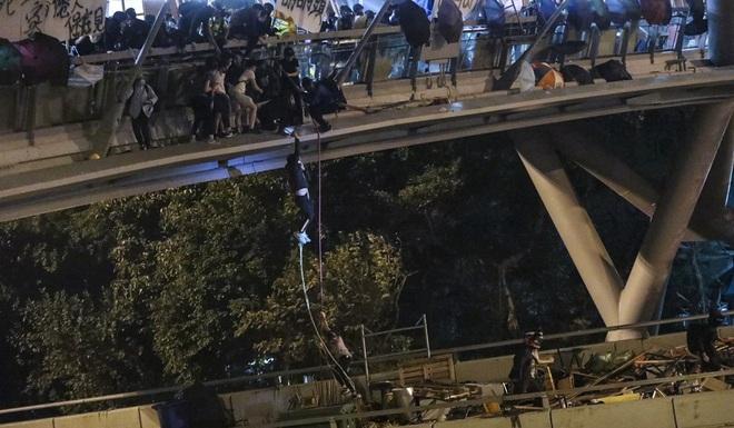 Hồng Kông: Cùng quẫn, người biểu tình chui xuống cống nước thải chạy trốn nhưng đành thất vọng - Ảnh 2.