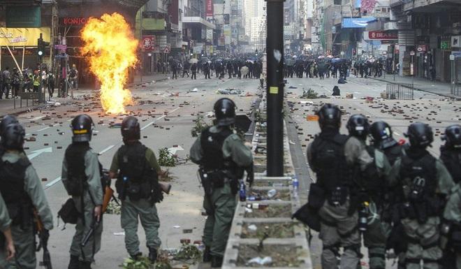 Hong Kong: Người biểu tình đu dây thoát ra khỏi trường - Ảnh 3.