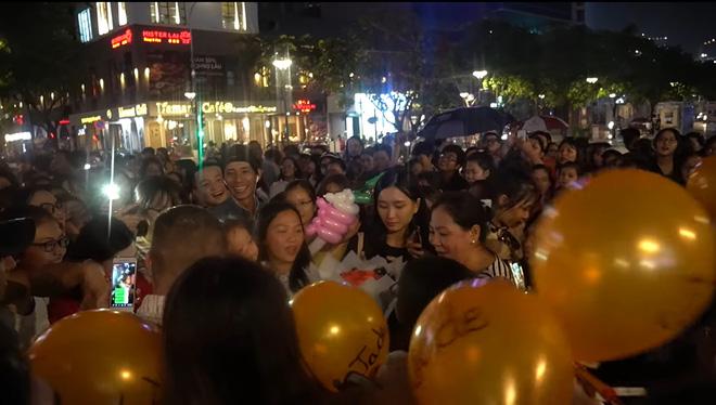 Ngọc Huỳnh - Nàng dâu Việt xứ Mỹ trở thành Youtuber đáng gờm với màn chào đón hàng trăm người gây náo loạn cả phố Nguyễn Huệ! - ảnh 15