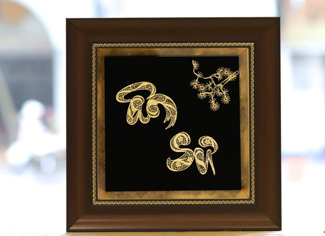 Quà tặng 20/11: Tranh ân sư mạ vàng 3 triệu đồng gây sốt, hoa ngoại đắt đỏ vẫn sính - Ảnh 1.