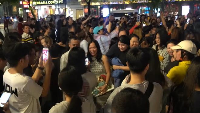 Ngọc Huỳnh - Nàng dâu Việt xứ Mỹ trở thành Youtuber đáng gờm với màn chào đón hàng trăm người gây náo loạn cả phố Nguyễn Huệ! - ảnh 13