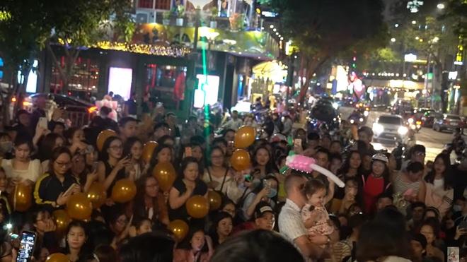 Ngọc Huỳnh - Nàng dâu Việt xứ Mỹ trở thành Youtuber đáng gờm với màn chào đón hàng trăm người gây náo loạn cả phố Nguyễn Huệ! - ảnh 14