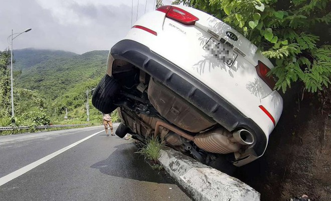 Ô tô 4 chỗ va vào vách núi tại bán đảo Sơn Trà - Ảnh 2.